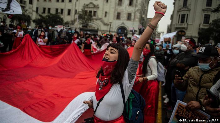 Foto de personas que protestan en Perú
