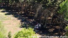 Die Aufnahme der Feuerwehr zeigt eine abgestürzte Gondel, die in einem Waldstück liegt. Bei dem Seilbahnunglück in der norditalienischen Provinz Verbano-Cusio-Ossola sind mehrere Menschen ums Leben gekommen, es gab auch Verletzte. +++ dpa-Bildfunk +++
