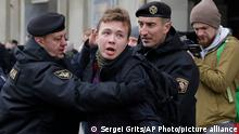 ARCHIV 2017 |Belarus police detain journalist Roman Protasevich in Minsk, Belarus, Sunday, March 26, 2017. Dozens protestors were detained during attempt to rally in downtown Minsk. (AP Photo/Sergei Grits)