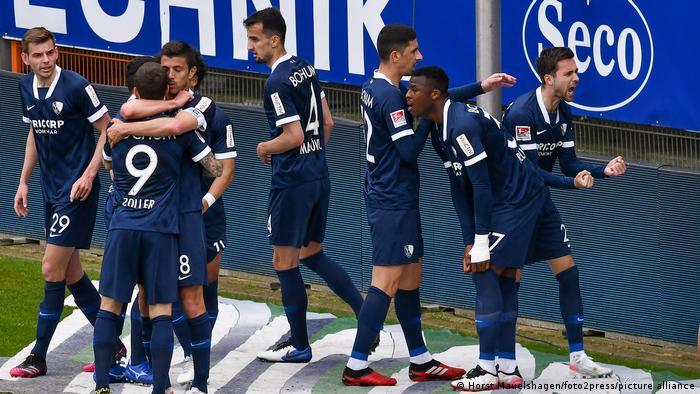 Jogadores do Bochum comemoram volta a Bundesliga