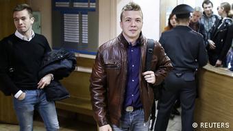 Ο Ρόμαν Προτάσεβιτς προσερχόμενος στο δικαστήριο το 2017 στο Μινσκ για να καταθέσει