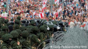 Einsatzkräfte und Protestler in Minsk, August 2020