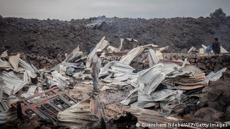 Un homme debout sur le terrain où se trouvait autrefois une maison.