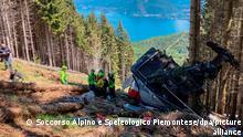 Retter arbeiten am Wrack einer Gondel, die in der Nähe des Gipfels der Stresa-Mottarone-Linie in der Region Piemont, Norditalien, abstürzt war. Neun Menschen sind nach Angaben von Rettungskräften bei demSeilbahnunglück ums Leben gekommen. +++ dpa-Bildfunk +++