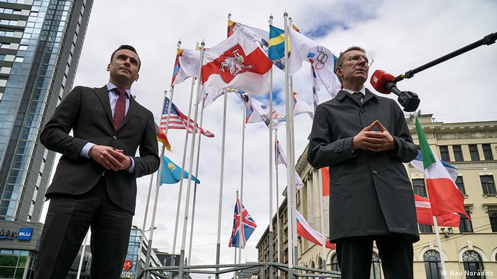 Мэр Риги и глава МИД Латвии под бело-красно-белым флагом