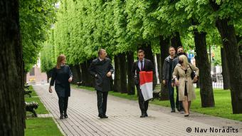 Мэр Риги с бело-красно-белым флагом в руках