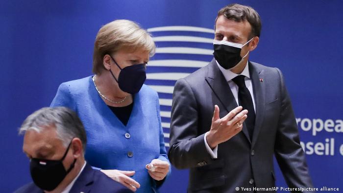 A chanceler federal alemã, Angela Merkel, ao centro, fala com o presidente francês, Emmanuel Macron, durante uma mesa redonda em cúpula da UE em Bruxelas no dia 24 de maio de 2021.