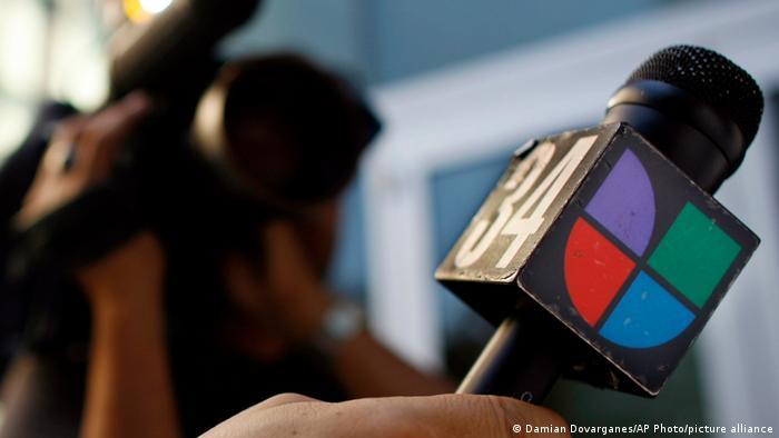Foto de micrófono con el logo de Univisión