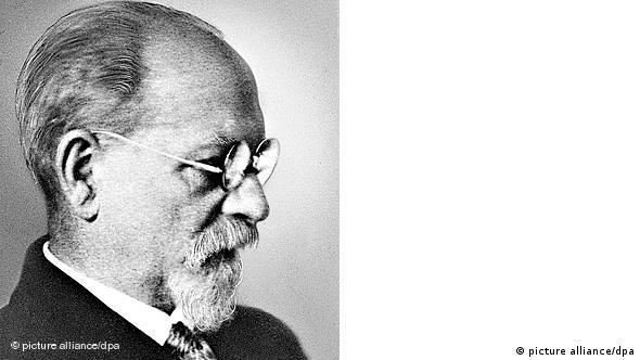 هوسرل: من نمیگویم فلسفه دانشی ناکامل است، بلکه مطلقاً بر این باورم که فلسفه به مثابهی یک دانش هنوز آغاز نشده است...همهی دانشها ناکاملاند؛ حتا علوم دقیقی که شگفتی بسیاری را برانگیختهاند