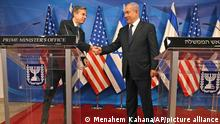 25.05.2021 Israeli Prime Minister Benjamin Netanyahu, right, and U.S. Secretary of State Anthony Blinken shake hands during a joint press conference in Jerusalem Tuesday, May 25, 2021, days after an Egypt-brokered truce halted fighting between the Jewish state and the Gaza Strip's rulers Hamas. (Menahem Kahana/Pool Photo via AP)