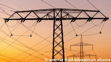 DEU/Deutschland/Brandenburg/Drebkau, 02.10.2013, ILLUSTRATION: Stromnetz; Strommasten stehen vor dem vom Sonnenuntergang rotgefaerbten Abendhimmel auf einem Feld in der brandenburgischen Lausitz. **Foto: Andreas Franke**
