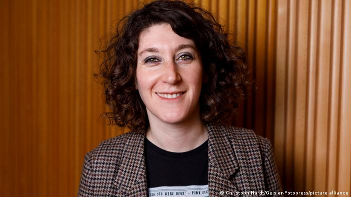 Autorin Lena Gorelik lächelt in die Kamera