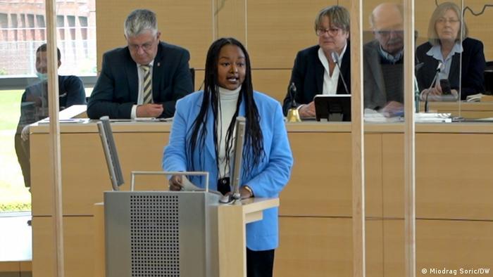 Aminata Toure an einem Rednerpult im Landtag