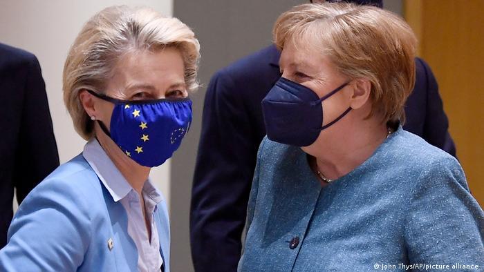 رئيسة المفوضية الأوروبية أورسولا فون دير لاين مع أنغيلا ميركل