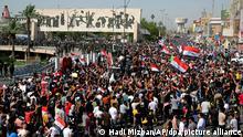 Menschen nehmen an einem regierungskritischen Protest auf demTahrir-Platz teil. Nach dem Tod eines bekannten politischen Aktivisten im Irak haben Tausende Demonstranten in der Hauptstadt Bagdad gefordert, die Verantwortlichen zur Rechenschaft zu ziehen. +++ dpa-Bildfunk +++