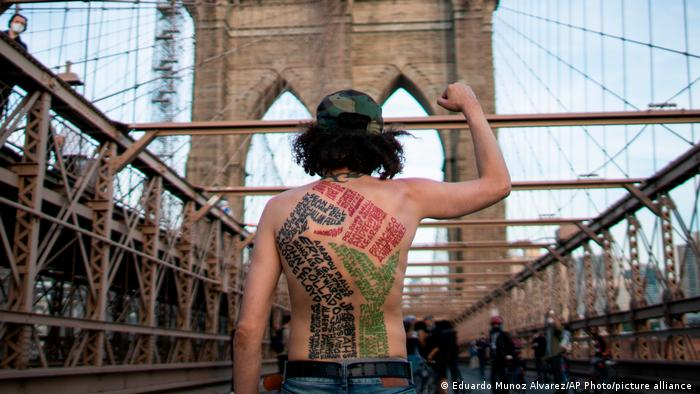 """Pesnica podignuta na bruklinskom mostu. Stotine ljudi učestvovalo je u protestnom maršu u Njujorku na godišnjicu ubistva Džordža Flojda. Njega je ubio bivši policajac Derek Šovin što je pokrenulo talas protesta širom SAD, ali i sveta pod opštim nazivom """"Black Lives Matter""""."""