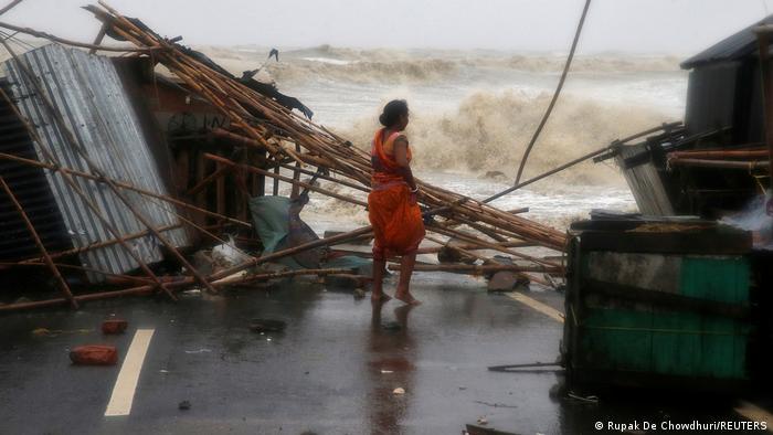 Indien | Ein Frau begutachtet die Schäden in Bichitrapur im Staat Odisha