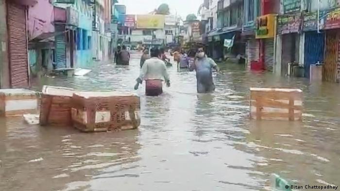 Indien | überflutete Straße in Digha im Bundesstaat Westbengalen