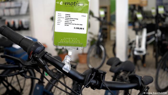 Ein Preisschild auf einem Fahrrad