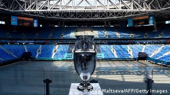 Кубок, вручаемый чемпиону Европы по футболу
