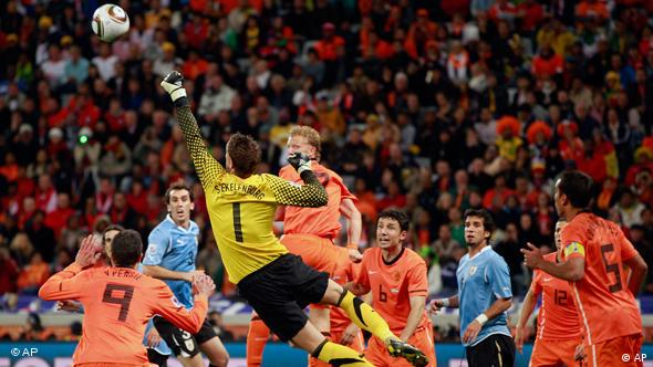 Hollands Keeper Stekelenburg faustet den Ball aus dem Strafraum (Foto: AP)