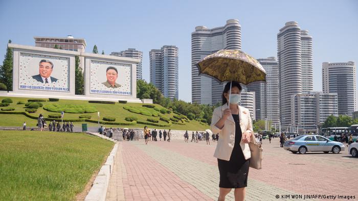 Mulher caminha em Pyongyang: patrulha política monitora vestimentas nas ruas