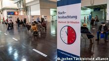 Start im Impfzentrum für die Coronaimpfungen, in einer Halle der Messe Essen, für Menschen über 80 Jahren, die nicht in Pflegeheimen leben, Impfung in der Impfkabine, Nachbeobachtungsbereich, nach der Impfung, Impfstrecken für eine tägliche Impfung von bis zu 2400 Personen, betrieben von der Kassenärztlichen Vereinigung, Essen, NRW, Deutschland ,