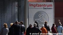 Almanya'nın Saksonya eyaletine bağlı Dresden kentinde, aşı merkezi olarak kullanılan fuar alanı önünde aşı sırasını bekleyenler