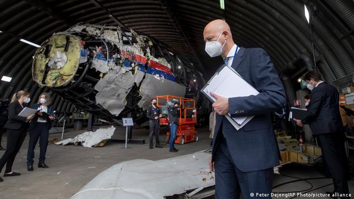 Участники уголовного процесса в окружном суде Гааги по делу о сбитом Боинге-777 Малайзийских авиалиний осматривают реконструкцию лайнера, 21 мая 2021 года