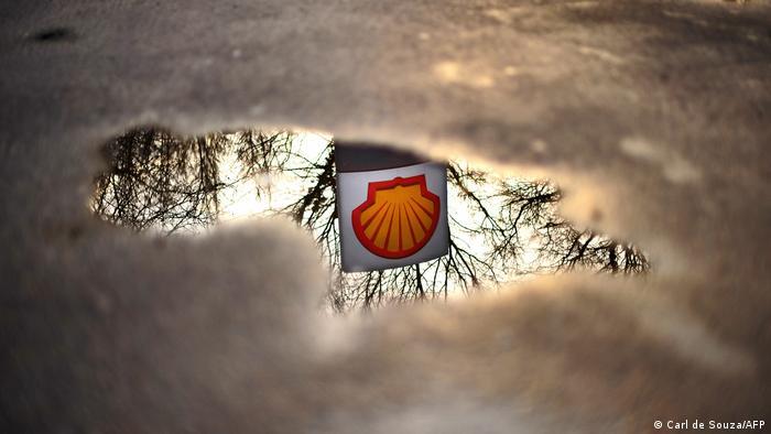 Логотип Shell в отражении