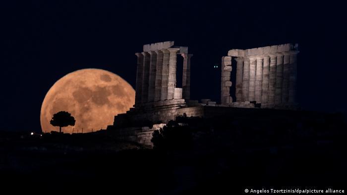 """Spektakularan pogled na Posejdonov hram: nad drevnim arheološkim lokalitetom u blizini Atine nadvio se """"krvavi mesec"""". Kao da ga je sam bog mora Posejdon poslao da osvetli njegov hram."""