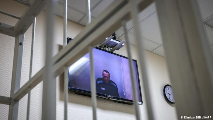Оппозиционный политик Алексей Навальный на экарне монитора во время судебного слушания в мае 2021 года