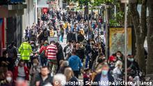 Zahlreiche Menschen laufen durch die Königstraße. Restaurants, Hotels und der Einzelhandel dürfen wieder aufmachen - Besucher müssen geimpft oder genesen sein oder einen negativen Test vorlegen. +++ dpa-Bildfunk +++