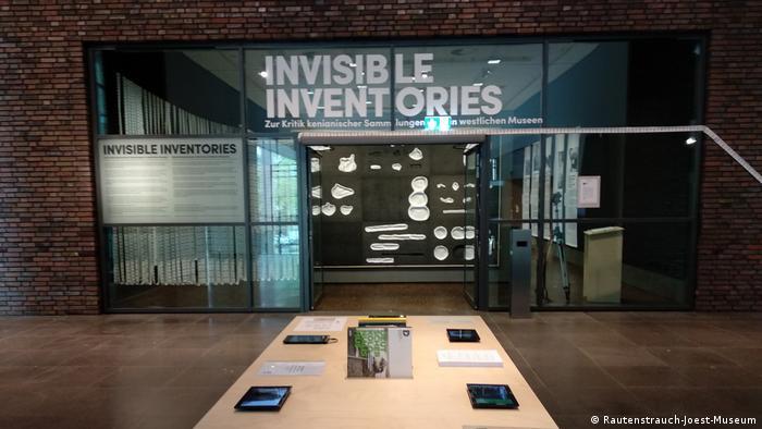 Blick in Ausstellung Invisible Inventories im Kölner Rautenstrauch-Joest-Museum.