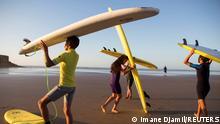 BG Marokko Surfer unterrichten Kindern über Wellen und Freiheit