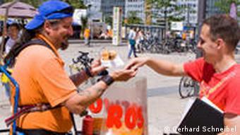 Продавец сосисок с переносным грилем в Берлине
