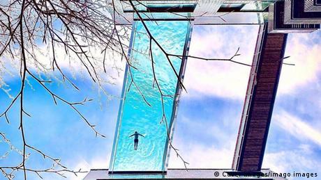 Ovaj bazen u nebu nalazi se između dvije stambene zgrade u Londonu, na visini od 30 metara. Kupanje u njemu dopušteno je samo stanarima tih luksuznih zgrada. A običnim smrtnicima preostaje pogled odozdol. Jedina je utjeha da se možda ponekad pojavi i neka privlačna silueta u tom bazenu.