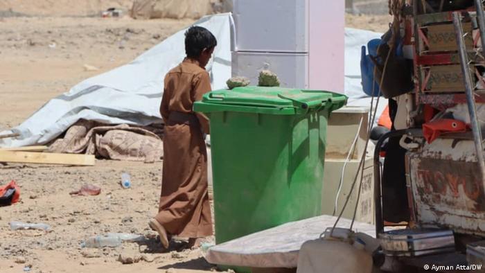طفل يمني يتجه نحو خيمته الجديدة مخيم السويداء للنازحين في محافظة مأرب وسط اليمن