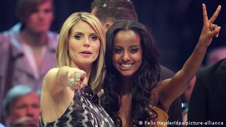 عارضة الأزياء سارا نورو مع هايدي كلوم