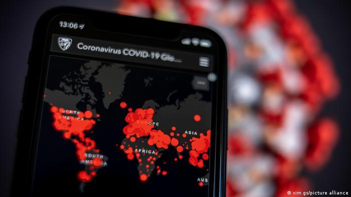 Coronavirus-Karte der Johns Hopkins University auf einem Smartphone