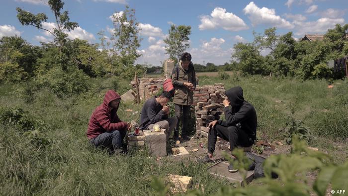 مهاجران در یک قریه صربستان که میخواهند وارد رومانیا شوند