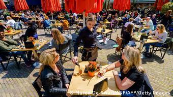 Посетители ресторана в Гааге, 28 мая 2021 г.