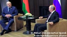 Wladimir Putin (r), Präsident von Russland, spricht mit Alexander Lukaschenko, Präsident von Belarus, während ihres Treffens in Sotschi. Lukaschenko hat sich bei einem Treffen mit Putin über Druck des Westens auf sein Land beklagt. +++ dpa-Bildfunk +++