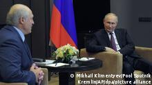 Wladimir Putin (r), Präsident von Russland, lächelt bei einem Treffen mit Alexander Lukaschenko, Präsident von Belarus. Lukaschenko hat sich bei einem Treffen mit Putin über Druck des Westens auf sein Land beklagt. +++ dpa-Bildfunk +++