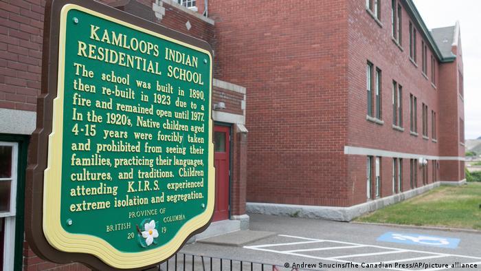 Паметната плоча пред сградата на бившия интернат в Британска Колумбия, Канада