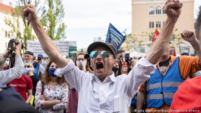 Protivladni aktivist dvigne pesti