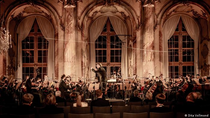 Conductor Jörg Widmann with orchestra during the opening concert.