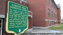 Eine Gedenktafel ist außerhalb der ehemaligen Kamloops Indian Residential School zu sehen. Überreste von 215 Kindern kanadischer Ureinwohner sind auf einem Grundstück einer sogenannten Residential School in Kanada entdeckt worden. Sie seien bei Radar-Untersuchungen des Grundstücks in der Nähe der Stadt Kamloops im Westen Kanadas gefunden worden. +++ dpa-Bildfunk +++