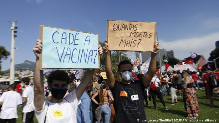 Pessoas protestam por mais vacina