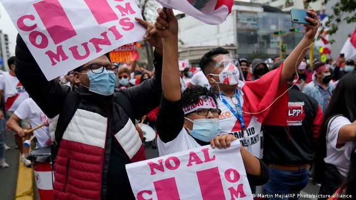 Manifestantes antiesquerda protestam em Lima. Votação no Peru foi marcada pela forte polarização em torno de dois espectros políticos diferentes